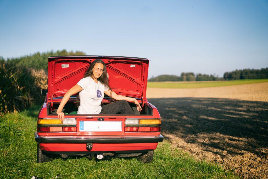 Mittendrin statt nur dabei: Textmechanikerin Elisabeth Strassert im Kofferraum ihres BMW 520i