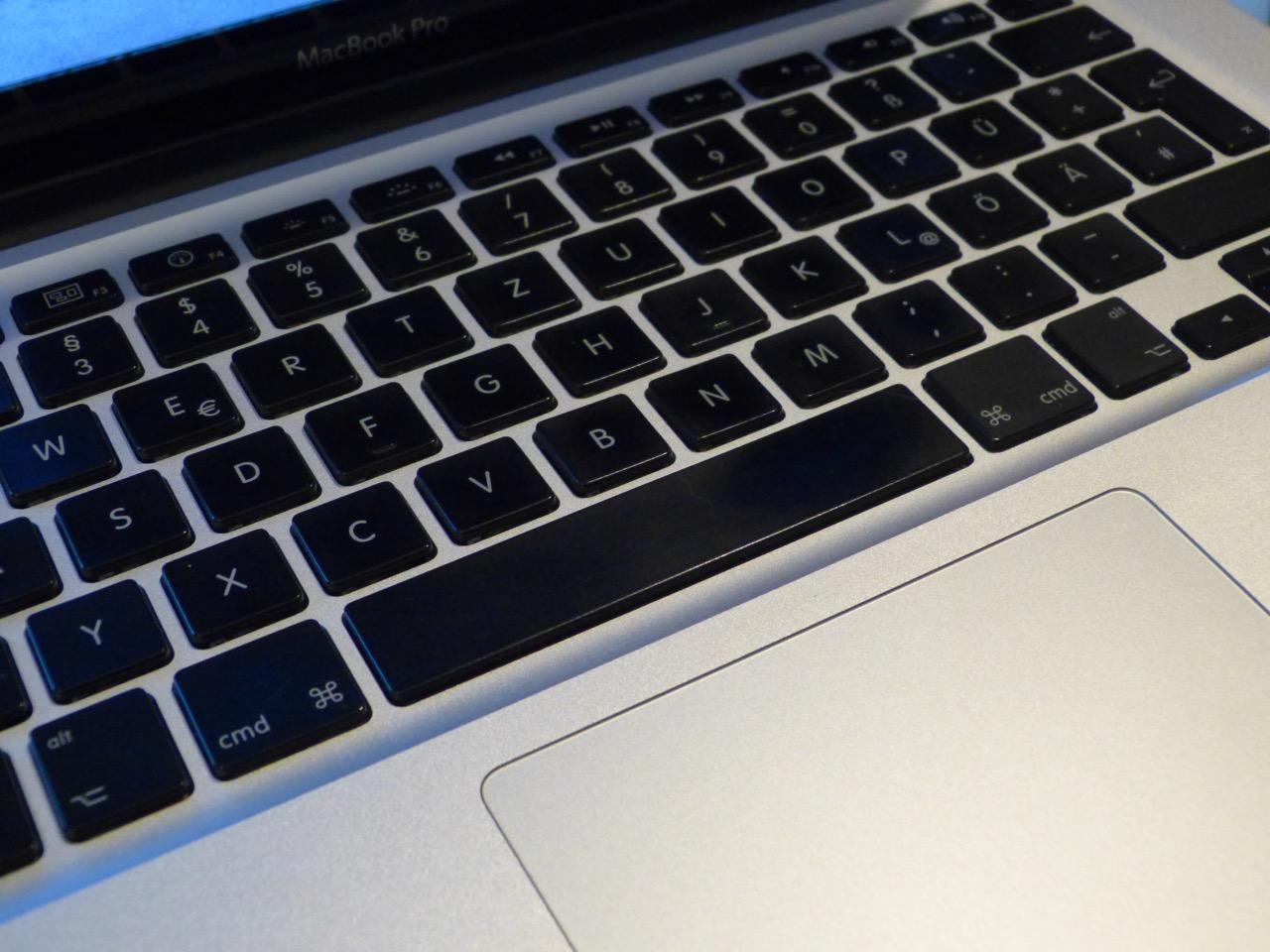 Ausschnitt der Tastatur eines MacBook Pro, schwarze Tasten, silbernes Gehäuse
